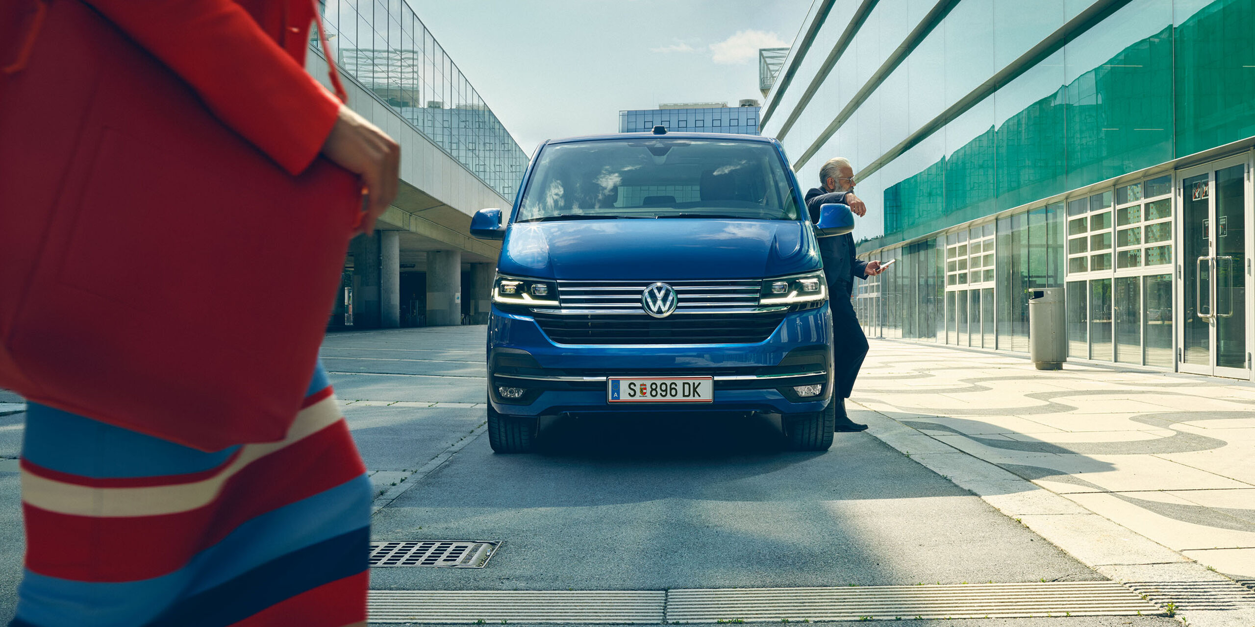 VW Caravelle 6.1 blau Frontansicht in Stadt